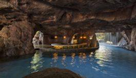 Swim-up bars: Τα κορυφαία μπαρ σε πισίνες ξενοδοχείων