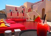 Το ελληνικό ξενοδοχείο με την κόκκινη πισίνα