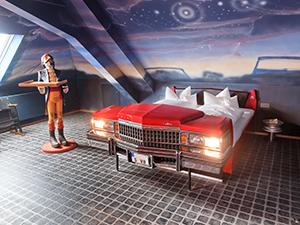 V8Hotel - Schlafen im Cadillac Coupe DeVille - das Themenzimmer Autokino. V8 Hotel im Meilenwerk Stuttgart auf dem Flugfeld Boeblingen.