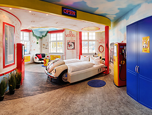 V8Hotel - Herbie als Bett - im Themenzimmer Tankstelle. V8 Hotel im Meilenwerk Stuttgart auf dem Flugfeld Boeblingen.