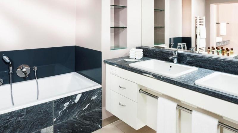 hd-kingsuitebathroom-sheratonsalzburghotel