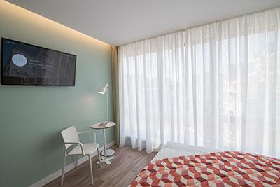 LG Pro:Centric Smart Infotainement τηλεοράσεις επέλεξε το Kubic Athens Hotel