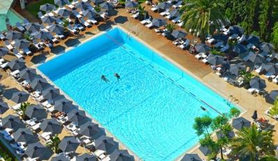 Νέος αέρας στην πισίνα του Hilton!