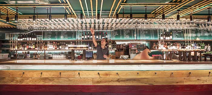 TXALUPA GASTROLEKU: Ένα τυρκουάζ μπαρ, ένα χρυσό κλαμπ και μία κόκκινη σκάλα