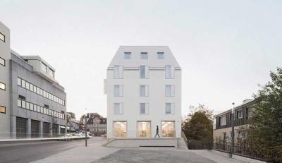 Το Von M επενδύει το carbon-neutral Hotel Bauhofstrasse σε λευκά fibre-cement βότσαλα